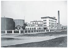 Moderný areál Prvej slovenskej továrne na droždie, lieh apokrmové masti – pohľad od želenice