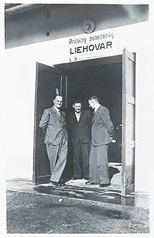 Novopostavený liehovar na statku vHanzlíkovej, vľavo Ing. Stuchlík
