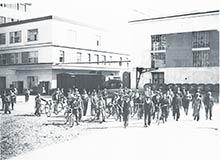 Robotníci pri odchode zpráce -  Prvá slovenská továrňa na droždie, lieh apokrmové masti