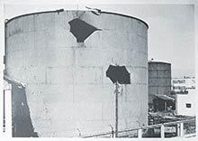 Poškodený zásobník Budova Prvej slovenskej továrne na droždie, lieh apokrmové masti po zásahu delostrelectva