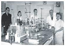 Mikrobiologické laboratórium snovým vybavením (druhý sprava Dr. Ing. Stuchlík)