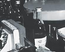 Plniaca linka koncom 70-tych rokov; etiketovanie už bolo automatizované