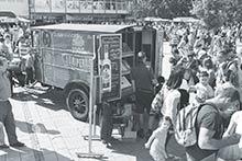 Reklamná kampaň vspolupráci sIgorom Brossmannom na oslavu 110. výročia JUNIPERUS borovičky sa stretla sveľkým záujmom. Autentický obchodný cestujúci Ernest Berlanský ajeho dobové autíčko budili pozornosť všade, kam zavítali.
